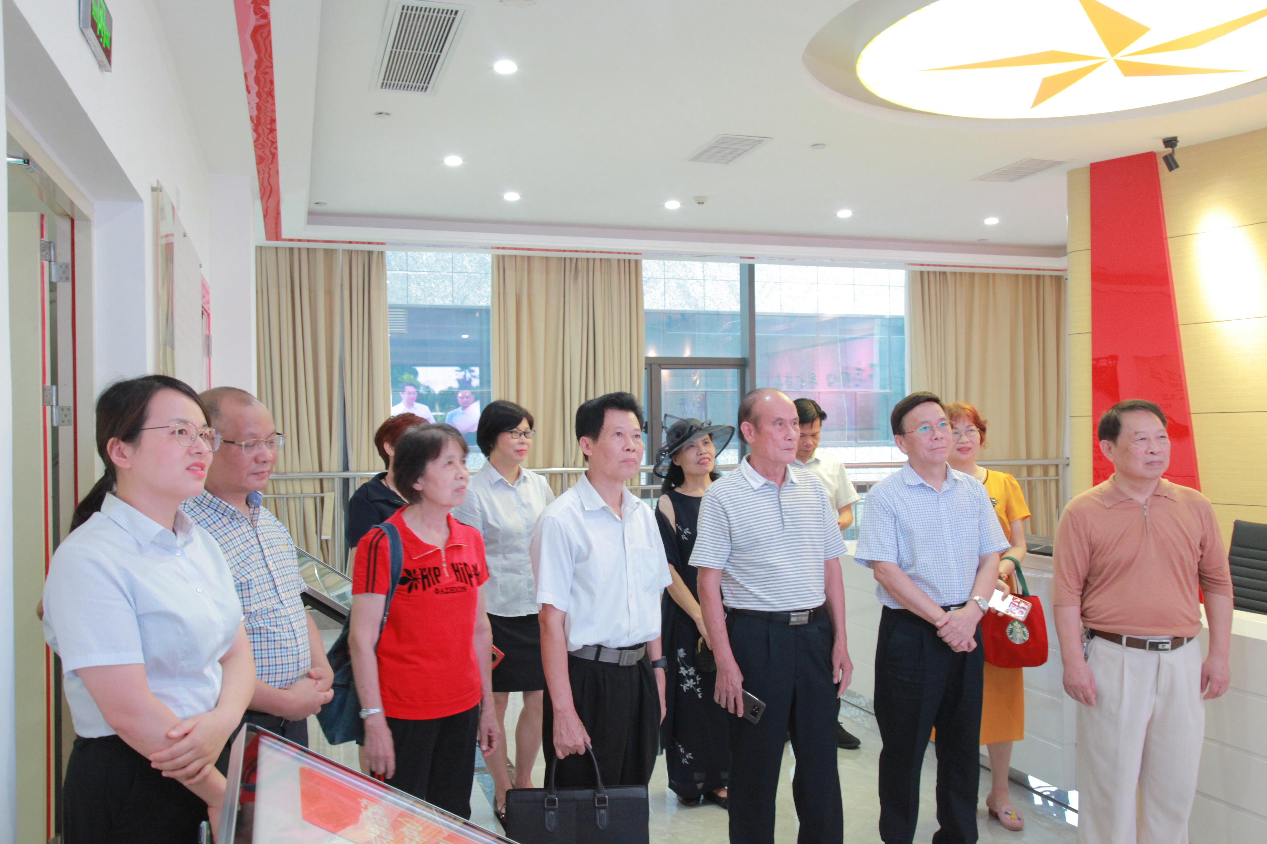 广西政协第二十二党支部考察团参观集团总部党群活动中心.JPG